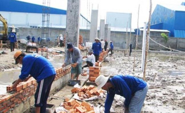 Tả bác thợ xây đang xây dựng công trình